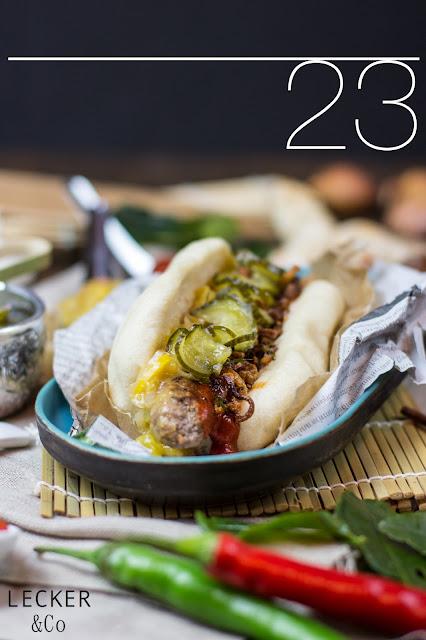 Hotdog, Thai Dog, Hot Dog Thai, Hot Dog Thailändisch, Thai, Thai Food, Thai Streeet Food, Streetfood, Street Food, Thailand, Urlaub, Thai Curry Paste, Ketchup, Chutney, Mango Chutney, Chili, Röstzwiebeln, Gurken, Sauer Gurken, Sweet-Sauer, gedämpfte Brötchen, Hot Dog Brötchen, Hot Dog Bun, Bun, Fernost, Thai Küche, Hot Dog selbstgemacht, kochen, dämpfen, selbst kochen, Rezept, Hot Dog Rezept, Tina Kollmann, Fürth, LECKER&Co, leckerundco, lecker co, Foodblog, Foodblogger Rezepte, Adventskalender, Hot Dog Advetskalender, gerne kochen, selber kochen, selber machen