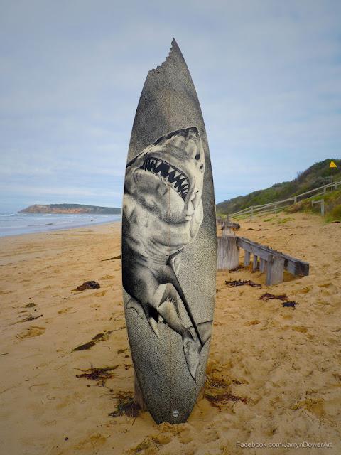 Una vieja tabla de surf reciclada con un tiburón