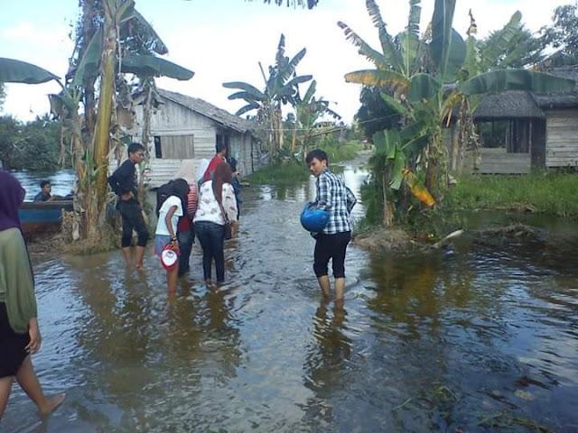 Banjir yang merendam jalan dan rumah warga di Asahan.