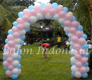 Salah satu bentuk dekorasi balon meliputi bentuk, gate atau gapura, lampion, bunga, standing