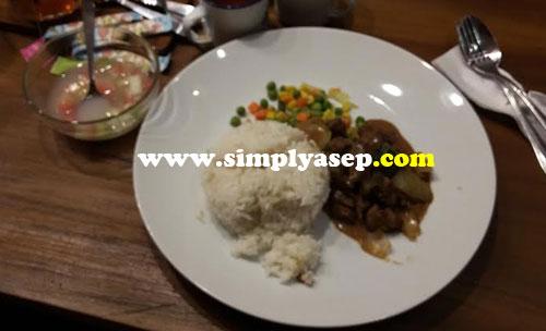 UTAMA : Nah kalau tidak ketemu NASI rasanya tidak lengkap.  Ini hidangan utamanya menu Nasi lengkap dengan lauknya cacahan daging sapi dan tumisan jagung.  Alhamdulillah.  Foto Asep Haryono