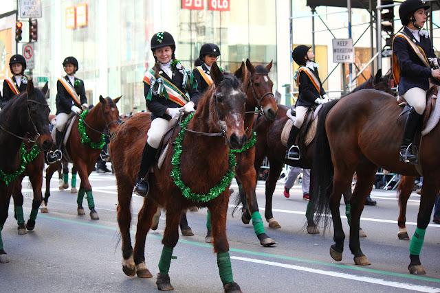 grupos de ninas montando caballos en Nuev York Celebra el día de San Patricio 2016