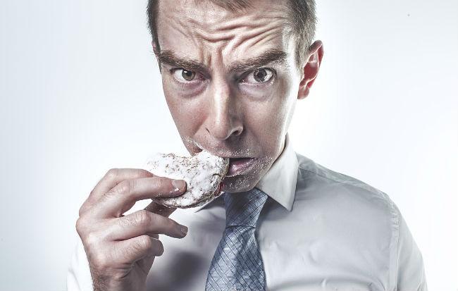Uomo con il mal di stomaco perché mangia male