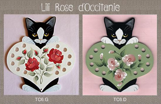 Tri-fils bois peint, chat noir et coeur vert ou blanc + roses assorties. Broderie et point de croix