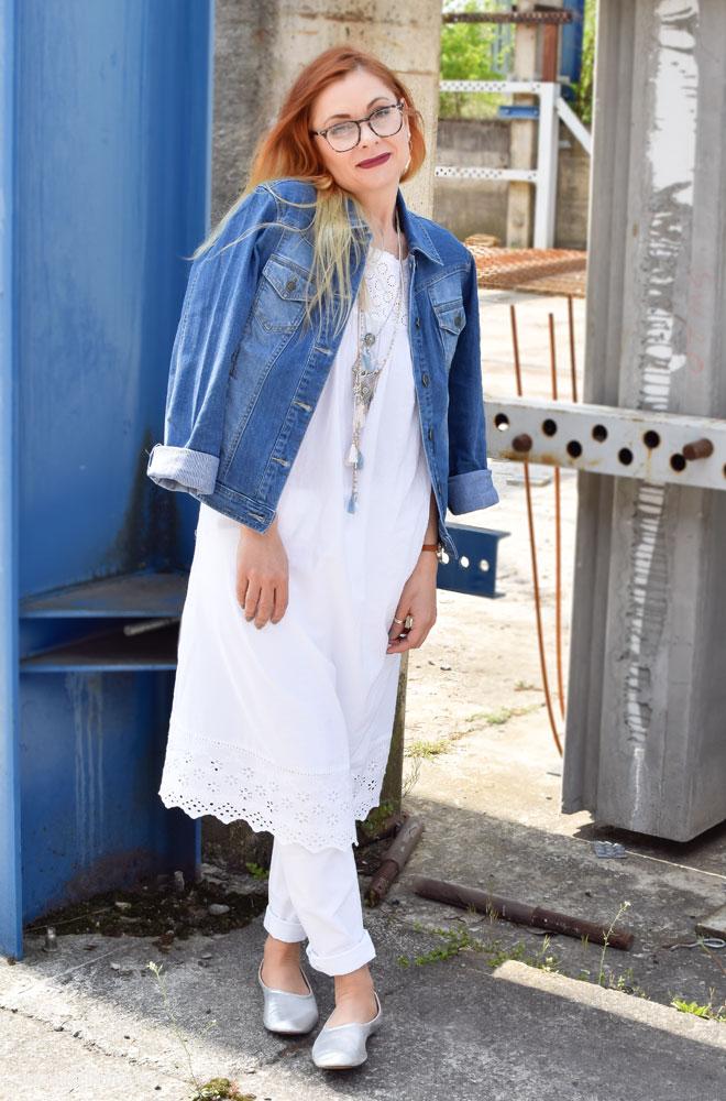 Hellblaue Jeansjacke von Tchibo, weiße Jeans von Tchibo
