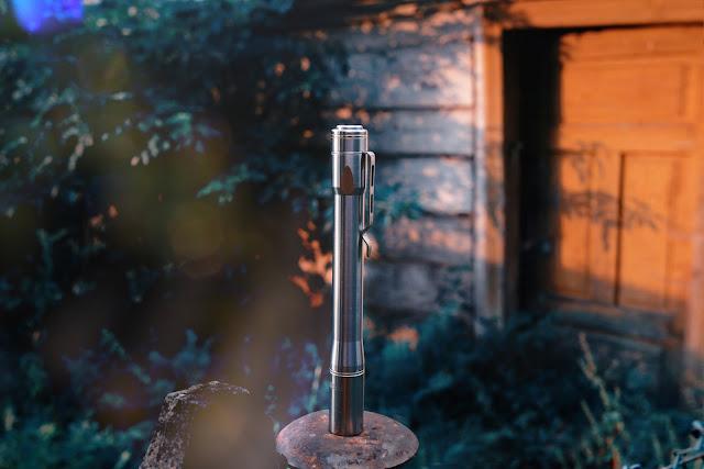 Latarka Lumintop IYP365 skąpana w promieniach wschodzącego słońca