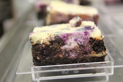 Käsekuchen-Brownies mit Blaubeeren nach Tim Mälzer – ein tolles Rezept!| Arthurs Tochter kocht. Der Blog für Food, Wine, Travel & Love von Astrid Paul