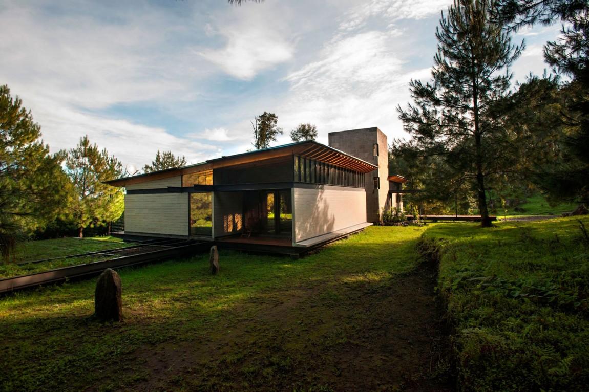 Hogares frescos casa pintoresca perdida en el bosque for Casa minimalista bosque