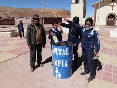 einige Schülerinnen und Schüler, die gleich mal Müll einwarfen