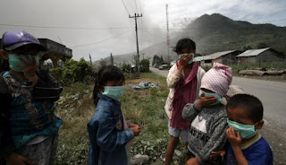 Masyarakat Mengenakan Masker untuk menghindari masuknya debu