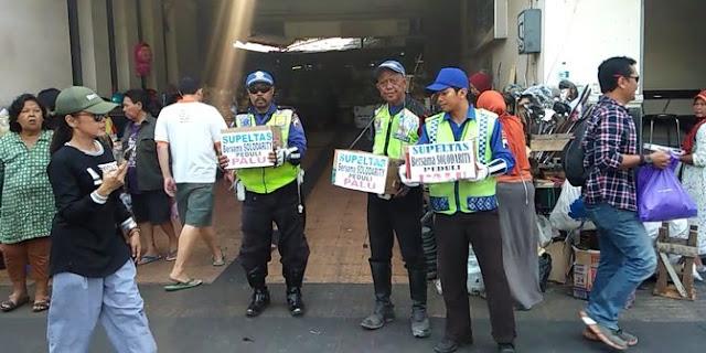 Galang dana korban bencana, sukarelawan pengatur lalu lintas ngamen di pasar