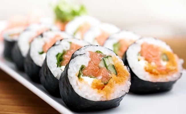 Sushi (suchí)(em japonês: 寿司, 鮨 ou 鮓)