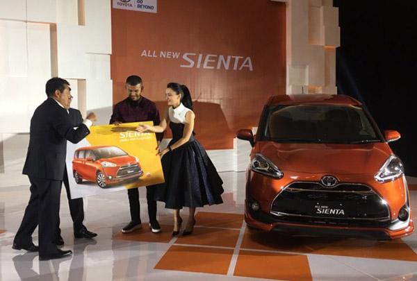 Atiqah Hashiholan dan Rio Dewanto Menjadi Customer pertama Pertama Toyota Sienta