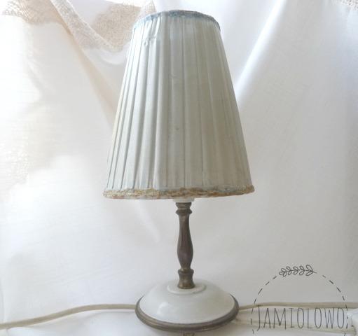 stary, zniszczony abażur lampki nocnej
