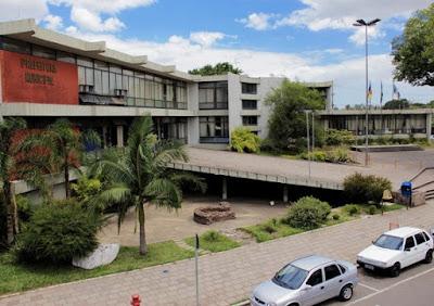 Prefeitura de Esteio, a 20 km de Porto Alegre