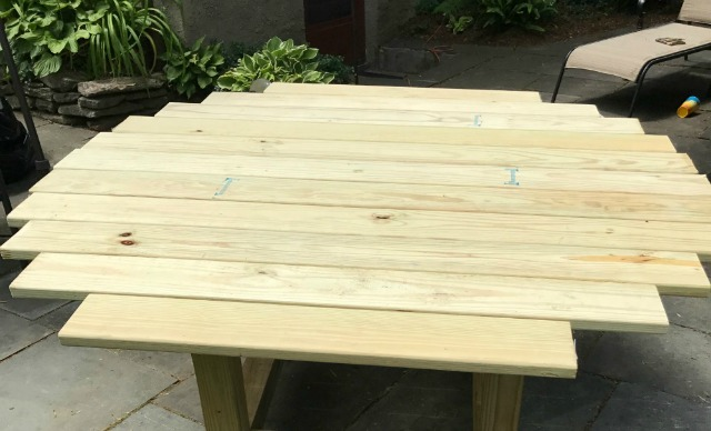 DIY Round Outdoor Dining Table with Outdoor Accents DIY Craft