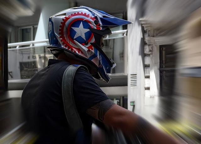 Retrato motociclista con casco con una estrella.