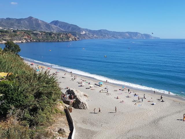 Strand bij Nerja in Andalusië