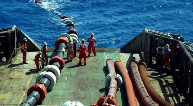 Navio com trabalhadores instalando cabos de fibra ótica no oceano