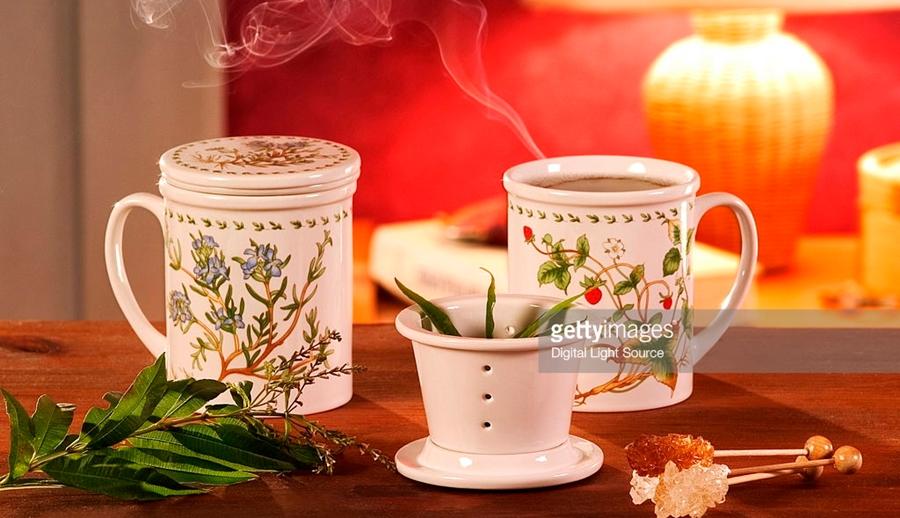 cani cu ceai aranjate pe masa