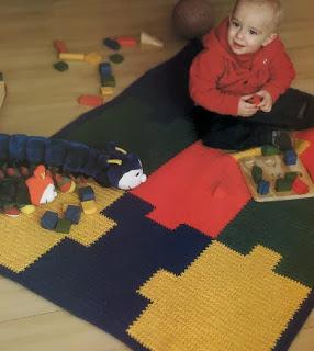 http://patrones-asgaya.blogspot.com.es/2012/11/alfombra-de-juego-crochet.html