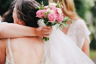 Novia abrazando a la invitada que ha conseguido el ramo