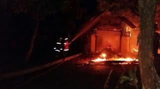 Buntut Penusukan dan Perusakan Mobil, Massa Bakar Markas Ormas GMBI di Bogor - Commando