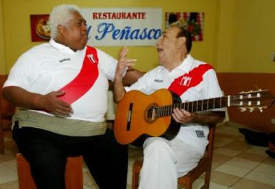 Foto de Oscar Avilés con camiseta peruana
