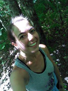 Coureuse contente en montagne trail