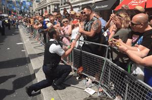 Viral: Policial pede namorado em casamento na rua