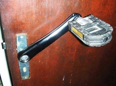 Poignée de porte pour pied ?
