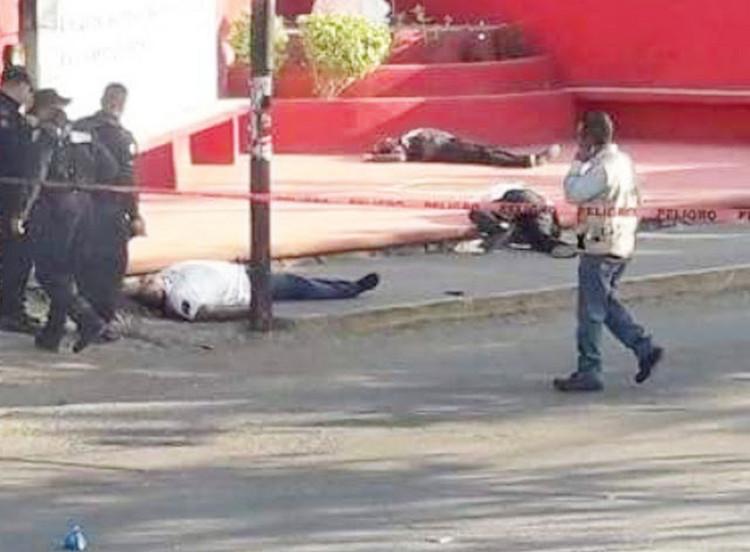 VIDEO, Grupo de sicarios, emboscan y rafaguean a cuatro custodios del CEFERESO femenil en  Morelos.