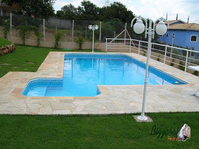 Construção da piscina em Itatiba-SP com o piso de pedra com caco de São Tomé e a execução do peitoril de alumínio.