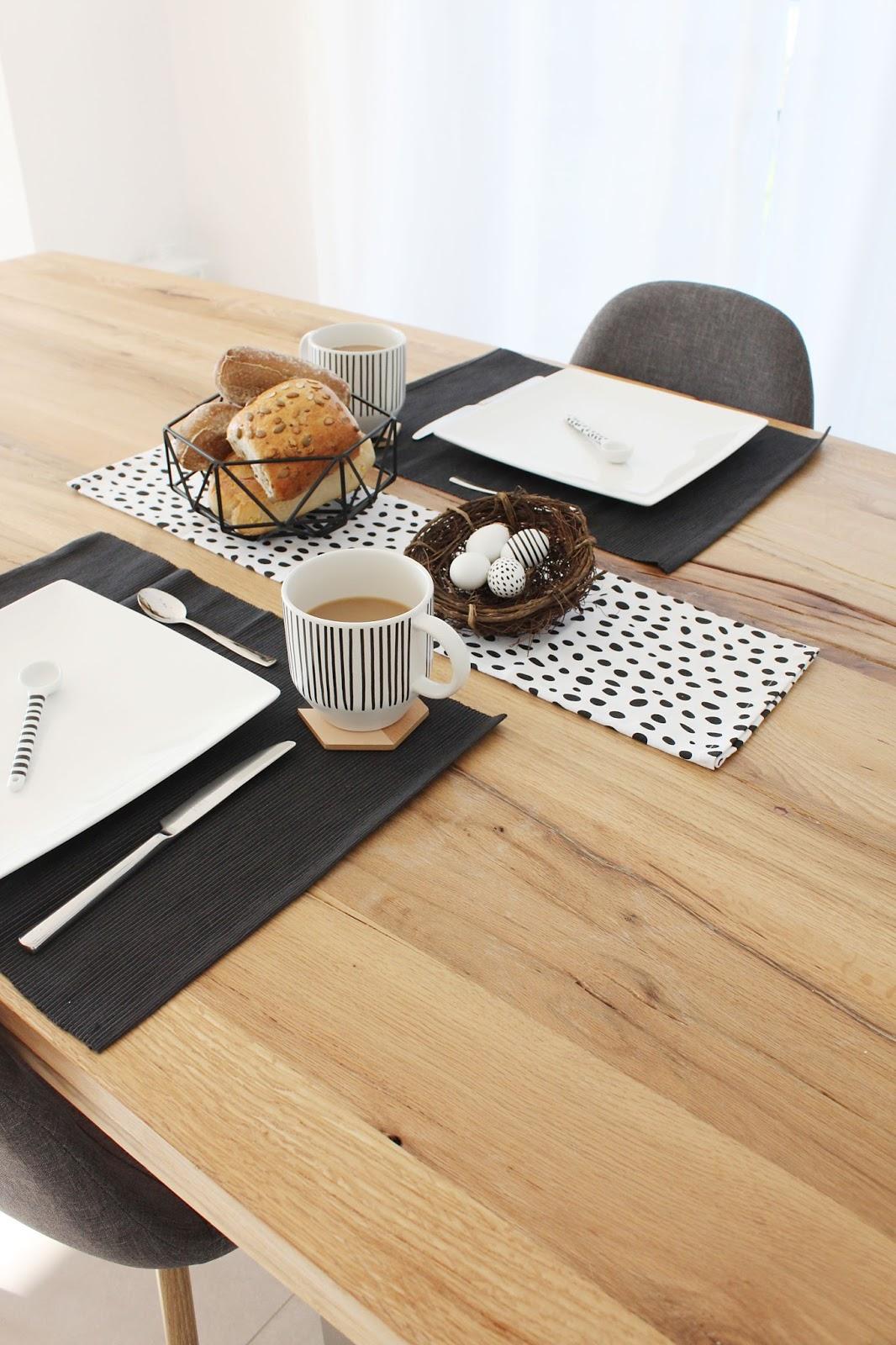 Leckeres Osterfrühstück im schwarz weißen nordischen Stil