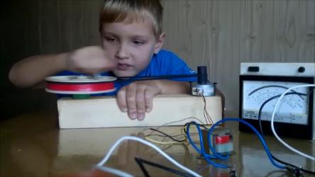 Этим генератором можно зажигать лампочки от гирлянды.