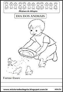 Criança cuidando dos pintinhos