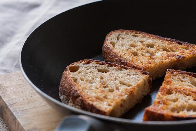Osvežavanje starog hleba u tiganju