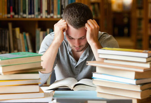 Estudiante estresado sin saber como mejora su atención y concentración