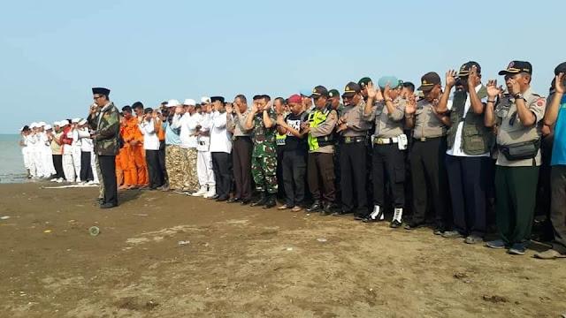 Banser Jadi Imam Shalat Goib dan Tahlilan di Lokasi Jatuhnya Pesawat Lion Air JT610