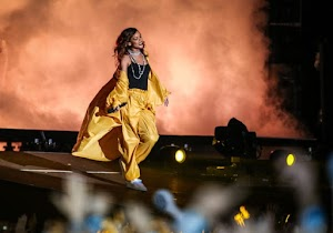 Rihanna bids farewell to the Brazil and plays with look used in Rock in Rio