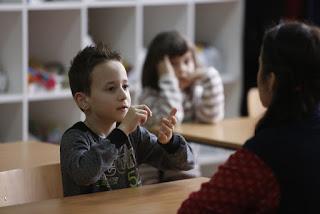 Παιδάκι μιλάει νοηματική