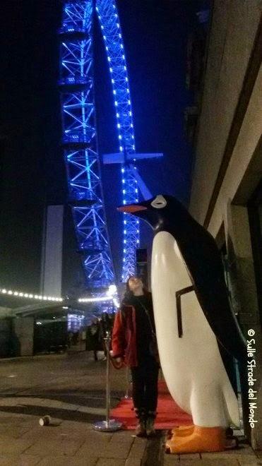 Il pinguino davanti all'acquario di Londra