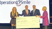 Avril Lavigne dona 10.000 USD durante la gala de la 'Operation Smile' 2019