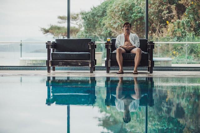 der cineast Filmblog The Lobster David sitzt alleine am Pool