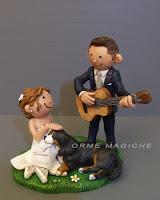 sposini cake topper semplici torta nuziale sposo musicista chitarra cagnolone orme magiche