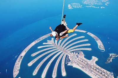 Giovanna salta de paraquedas sobre as ilhas artificiais de Palm Islands, em Dubai — Foto: Arquivo pessoal