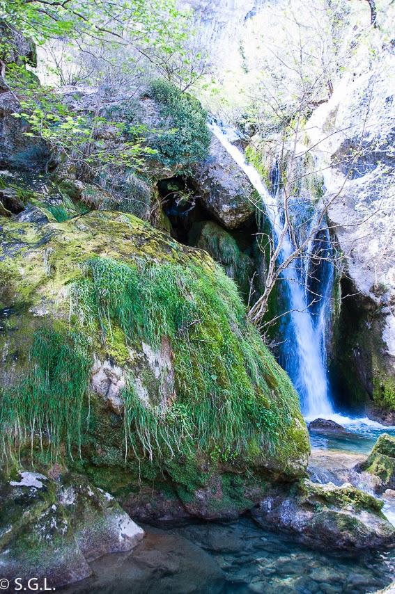 Cascada del nacedero del Urederra en la sierra de Urbasa