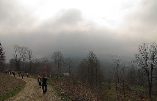 Znajdującą się za nami Wierzbanowską Górę przykrywa ciemny nawis chmur