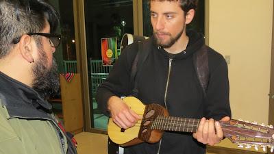 Músico con Ronrroco de artesano chileno Claudio Rojas