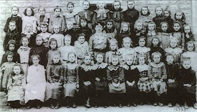 Ecole de filles de la rue Centrale (rue Carnot) à Montceau (collection musée)